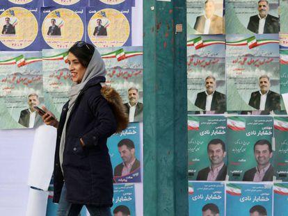 Carteles electorales en una calle de Teherán, este martes. En vídeo, ciudadanos iraníes opinan sobre las elecciones.