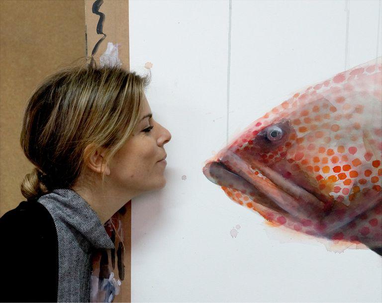 La artista Berta Llonch, con una de sus obras.