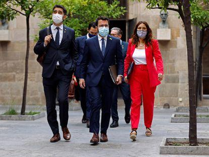 El presidente de la Generalitat, Pere Aragonès, entre su vicepresidente, Jordi Puigneró, y la consejera de la Presidencia, Laura Vilagrà, a su llegada a la reunión semanal del Gobierno catalán, este martes.