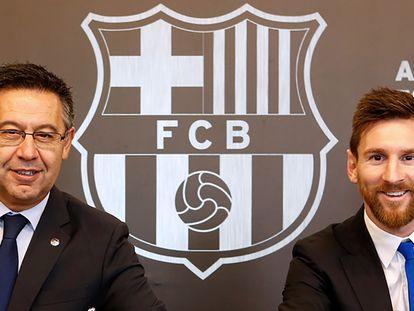 Bartomeu junto a Messi en 2017, en la última renovación de contrato del argentino.
