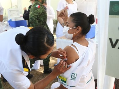 Una enfermera administra la vacuna de Pfizer en México, en diciembre pasado.