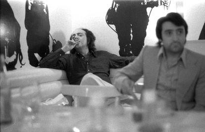 Leopoldo Pomés (al fondo), ideólogo de Flash Flash, y Jesús Quílez, gerente del restaurante, en una foto de 1970.  