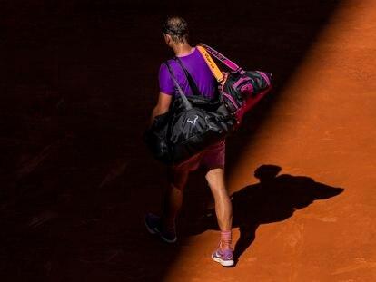 Rafa Nadal abandona la pista tras perder contra el alemán Alexander Zverev en los cuartos del Mutua Madrid Open.
