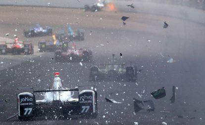 Servià (77) conduce entre los restos de un coche accidentado en Indianápolis.