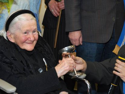 Irena Sendlerowa en una recepción en la que niños polacos le presentaron la Orden de las Sonrisas en Abril de 2007 en Varsovia.