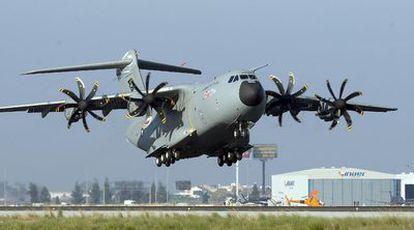 Despegue de un A-400M en el aeropuerto de San Pablo en Sevilla.