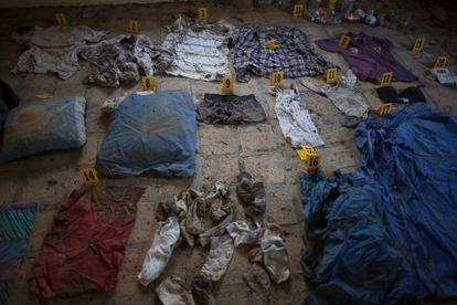 Forenses trabajan con ropa y objetos encontrados en una casa de seguridad de Mante, Tamaulipas, durante la búsqueda de Millynali Piña Pérez, en 2018.