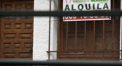 """Cartel de """"se alquila"""" en Madrid."""