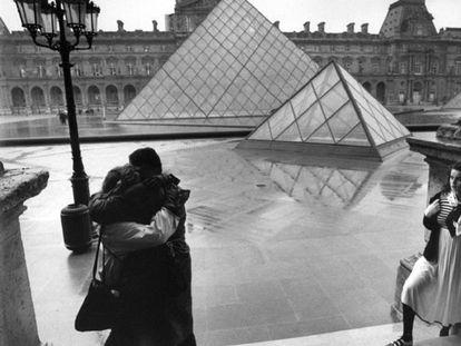 Las pirámides del Louvre son testigos del beso entre una pareja de enamorados en 1988.