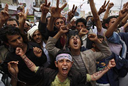 Jóvenes yemeníes protestan contra el Gobierno.