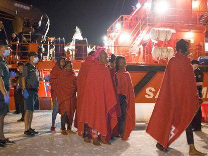 Varios migrantes rescatados por Salvamento Marítimo, este sábado en Motril (Granada).