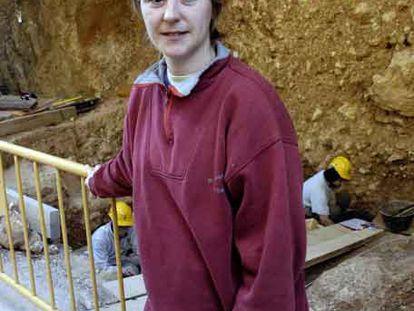 Rosa Huget, junto al yacimiento donde encontró el diente.