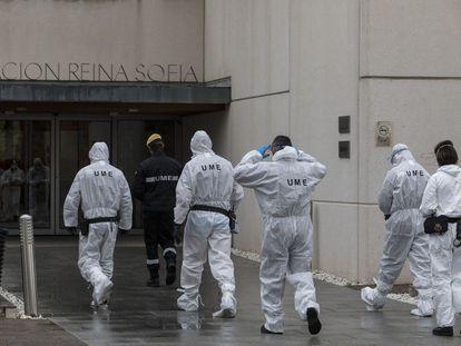 La Unidad de Emergencia Militar, este sábado, en labores de desinfección en el Centro Alzhéimer Fundación Reina Sofía, en Madrid.