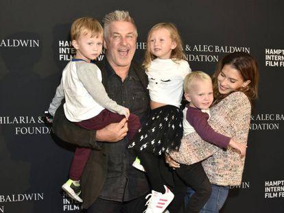 Alec Baldwin y su esposa Hilaria, con tres de sus hijos el 6 de octubre de 2021 en el festival de cine de los Hamptons, Nueva York.