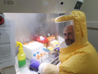 El biólogo Juan García Arriaza, en el Centro de Investigación en Sanidad Animal (CISA), en Valdeolmos (Madrid).