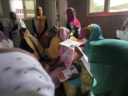 Distribución de información sobre VIH en el hospital para mujeres El Fasher, en Sudán.