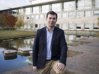 El líder del PSdeG, Gonzalo Caballero, en la Facultad de Económicas de Vigo donde es profesor.