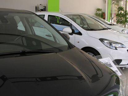 Vista de varios vehículos puestos a la venta en un concesionario.