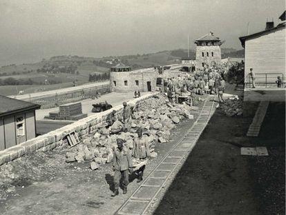Construcción de un muro en Mauthausen a comienzos de 1941. En primer término, dos deportados españoles