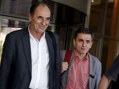El ministro de Finanzas griego, Euclides Tsakalotos (derecha), este martes en Atenas.