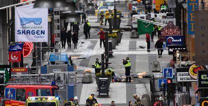 Un camión recorrió varios cientos de metros de la vía peatonal y acabó empotrado en una de las esquinas del centro comercial Åhléns, Estocolmo.