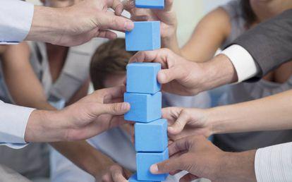 Juego con dados azules. La gamificación en las empresas aumenta la motivación y la implicación de los trabajadores.