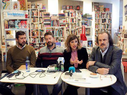 Desde la izquierda, los diputados de En Marea Antón Gómez-Reino, Juan Carlos Corbacho, Yolanda Díaz y Miguel Anxo Fernán Vello en A Coruña.