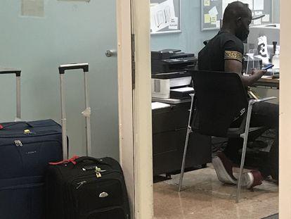 Gambiano declarando divisas en Aduanas El Prat.