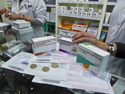Una farmacia dispensa medicamentos.