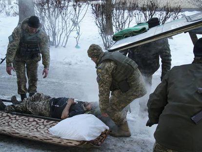 Un soldado progubernamental es evacuado, este martes, en la ciudad de Avdeevka.
