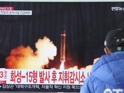 Un hombre observa el misil lanzado por Corea del Norte en un telediario desde Corea del Sur.