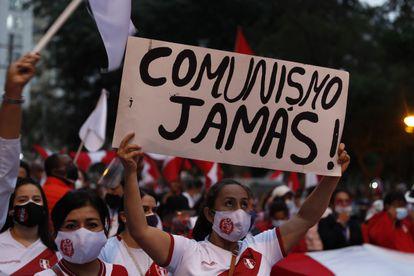 Seguidores de la candidata presidencial Keiko Fujimori se reunieron el miércoles hoy para protestar y denunciar un presunto fraude electoral en la pasada segunda vuelta, en el sector de Campo de Marte, en Lima (Perú).
