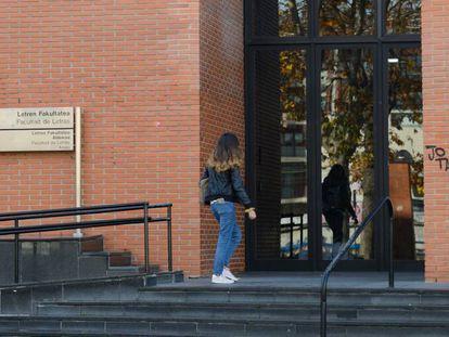 Fachada exterior de la Facultad de Letras de la UPV en Vitoria.