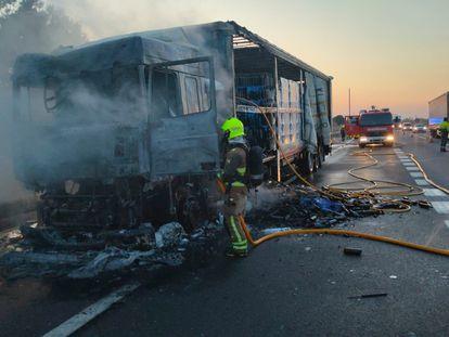Un bombero interviene en el incendio de un camión en Malpica (Zaragoza), este lunes.