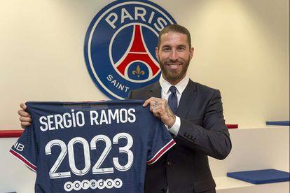 Sergio Ramos posa con la camiseta del PSG.