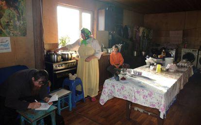 Ksenia y Ulián Murashov con uno de sus hijos en la cocina de su casa.