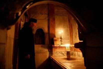 Un cura ortodoxo, ante la tumba de Jesucristo.