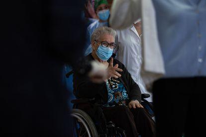 Josefa Pérez, de 89 años, es la primera mujer en vacunarse en Cataluña, este domingo.