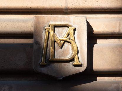 Insignia del Banco de México en uno de sus edificios en Ciudad de México.
