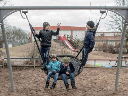 """Niños refugiados, en el columpio del patio de un colegio en Halmstad, Suecia. En el vídeo, reportaje del diario portugués Expresso sobre el síndrome. <a href=""""http://cdn.impresa.pt/f1a/5d0/10828944/"""" target=blank>Puedes consultar el especial 'Uppgivenhetssyndrom' aquí</a href=""""http://cdn.impresa.pt/f1a/5d0/10828944/"""" target=blank>."""