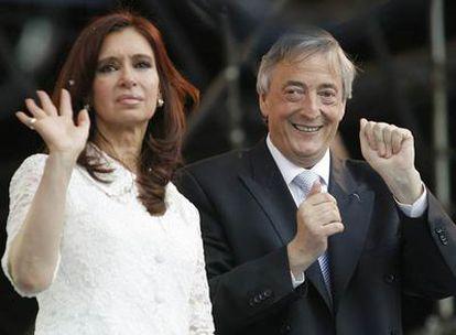 El matrimonio Kirchner saluda ante la Casa Rosada tras la transferencia de la presidencia, en diciembre de 2007.