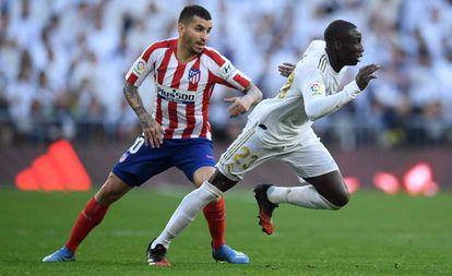 Mendy se escapa de Correa en el derbi del sábado en el Bernabéu.