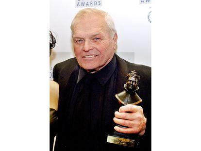 Brian Dennehy, con su premio Laurence Olivier en 2006.