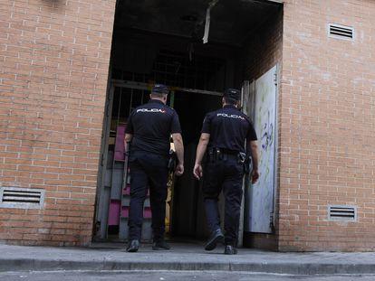 Agentes de la Policía Nacional entran este martes en un edificio de la calle José Garrido, que estaba okupado.