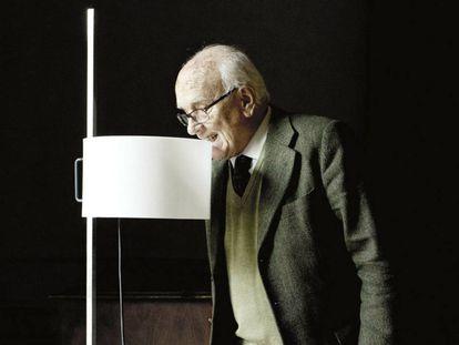 Miguel Milá, autor de los uno de los libros del año, muerde la lámpara de pie TMC que formó parte de la primera colección de TRAMO (Trabajos Molestos), la empresa que fundó el diseñador para autoproducir su obra durante la posguerra española. Ahora la edita Santa & Cole.