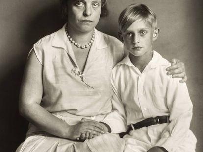 Luise con Jimmy, el hijo que tuvo con Max Ernst.