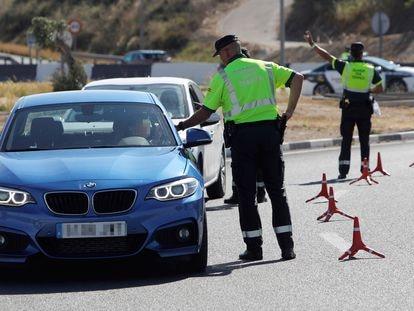Agentes de la Guardia Civil de Tráfico realizan un control de alcoholemia y drogas en la A-79, que une Alicante y Elche.
