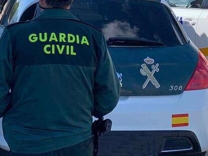 El detenido acusado de atropellar a su pareja en Marmolejo (Jaén) es trasladado por la Guardia Civil al juzgado.