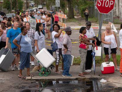 Cola para conseguir hielo en en Wilmington, Carolina del Norte.