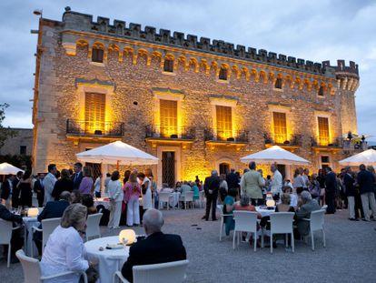 El castillo de Peralada es el punto de encuentro de la burguesía catalana y los empresarios en la Costa Brava en verano.